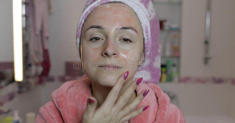 应用面具润湿的润肤液的妇女 Skincare?? ?? 免版税库存图片