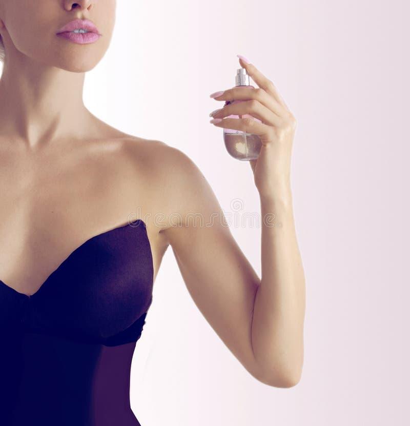 应用香水妇女年轻人 免版税库存图片