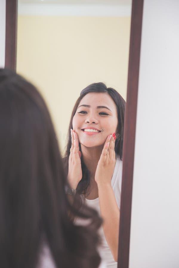 Download 应用skincare化妆水的妇女入她的面孔 库存图片. 图片 包括有 水平, 特写镜头, 公平, 相当, 设计 - 62529013