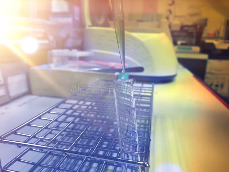 底层与玻璃标记的科学实验与做化学反应的化学制品 免版税图库摄影