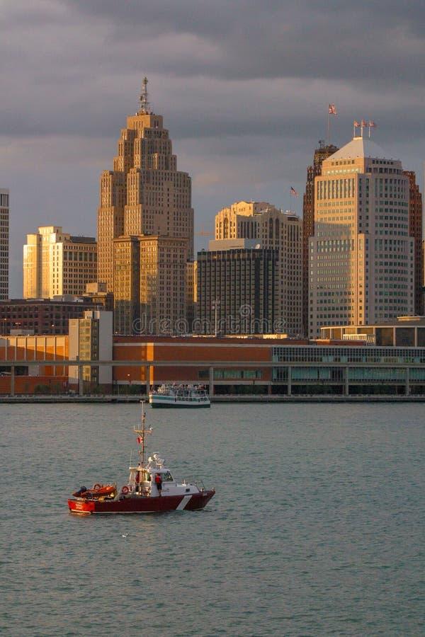底特律密执安与一艘加拿大海岸卫队船的` s河边区在前景 免版税库存图片
