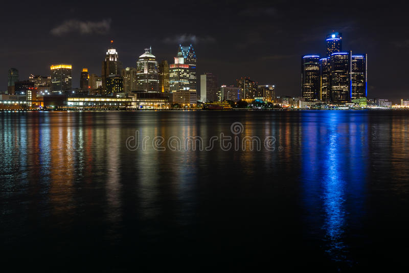 底特律市地平线和江边 库存照片