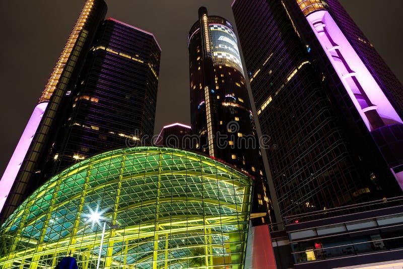 底特律街市江边摩天大楼在晚上 库存图片