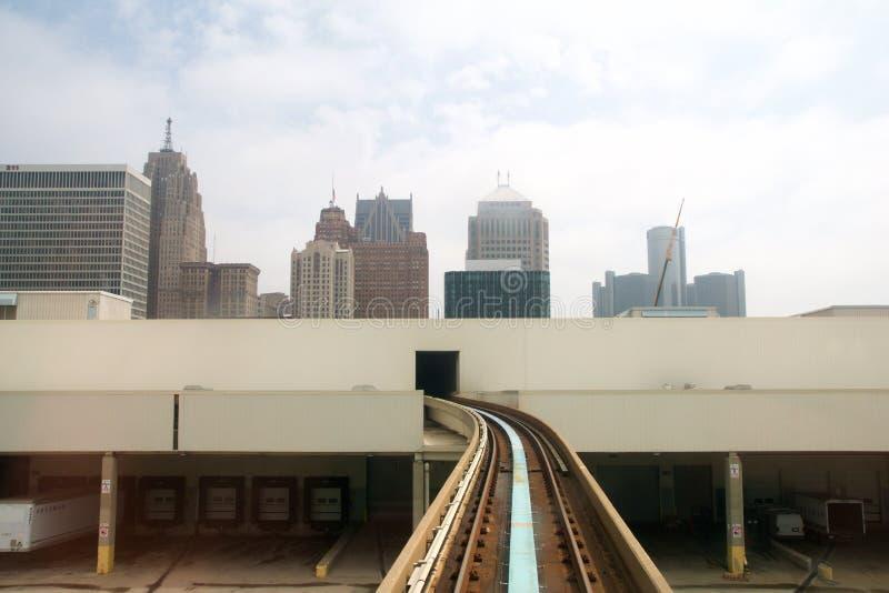 底特律,密执安,美国-第22, 2018年:乘坐`底特律人搬家工人`电车轨道在底特律街市 的treadled 免版税库存照片