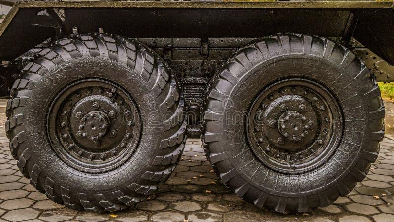 底盘气动力学的后方婴儿推车在卡车飞机脚架的苏联火炮多管火箭炮  免版税库存图片