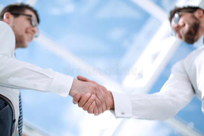 底视图 商人握手的背景图象  库存照片