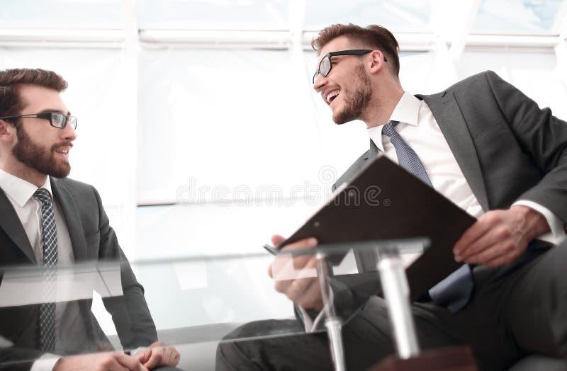 底视图 商务伙伴参与对话在谈判桌上 免版税图库摄影