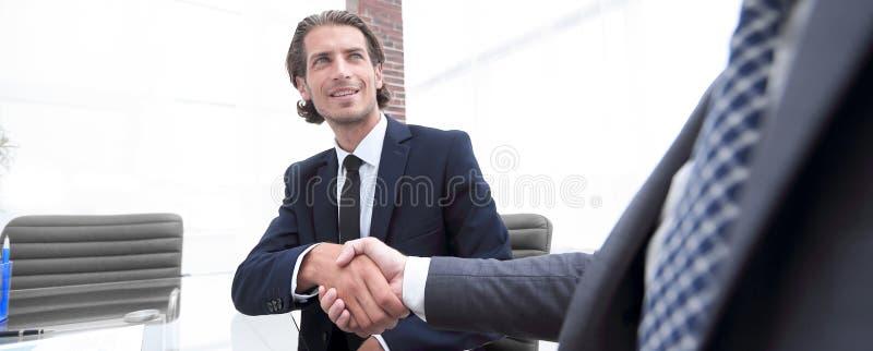 底视图 商务伙伴确信的握手  库存图片