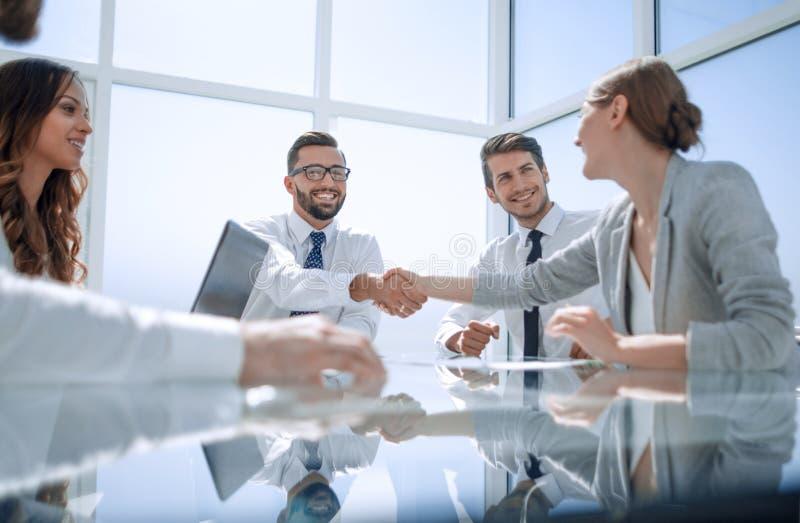 底视图 握手在书桌的商务伙伴 免版税库存图片