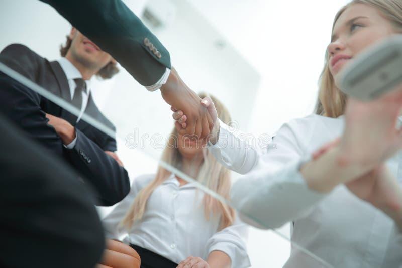 底视图 握手有商务伙伴的女商人 免版税库存图片