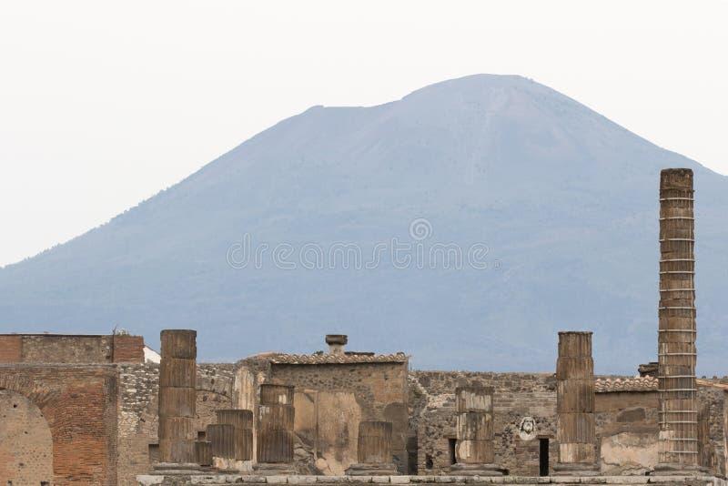 庞贝城考古学遗骸有维苏威火山的 图库摄影
