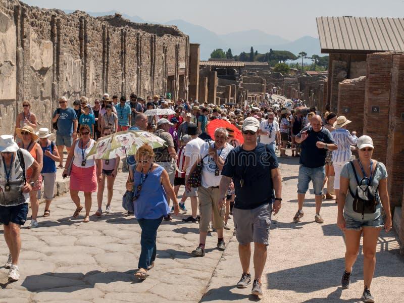 庞贝城联合国科教文组织遗产著名考古学站点  游人人群在烧焦的太阳下的 库存图片