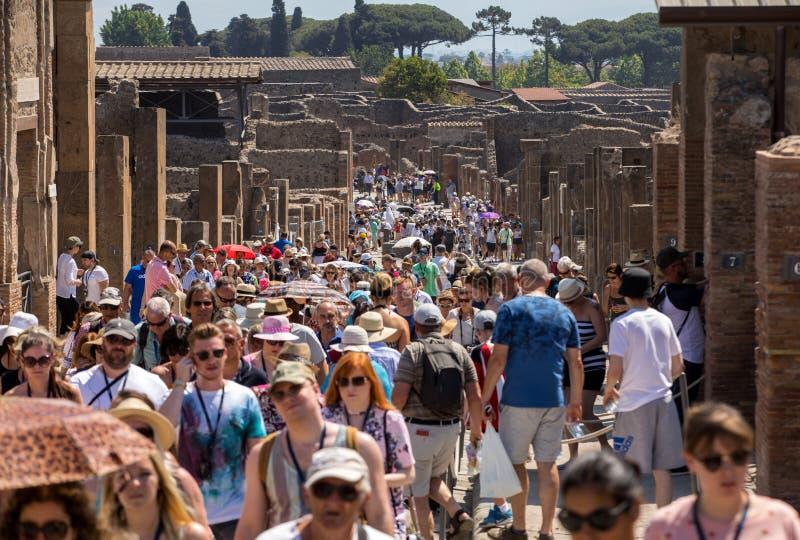 庞贝城联合国科教文组织遗产著名考古学站点  游人人群在烧焦的太阳下的 库存照片