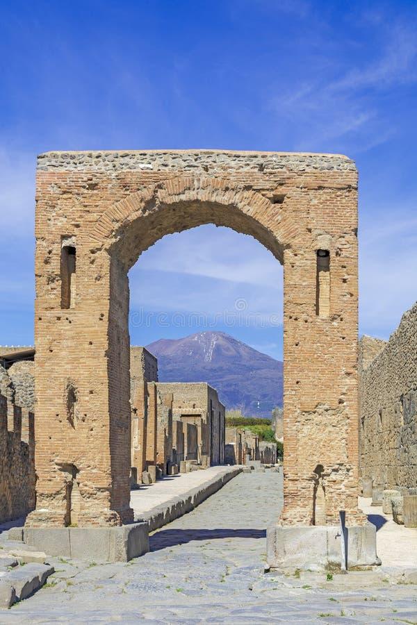 庞贝城,古老罗马城市在意大利,Arco声浪Neron和维苏威在背景中 免版税库存图片