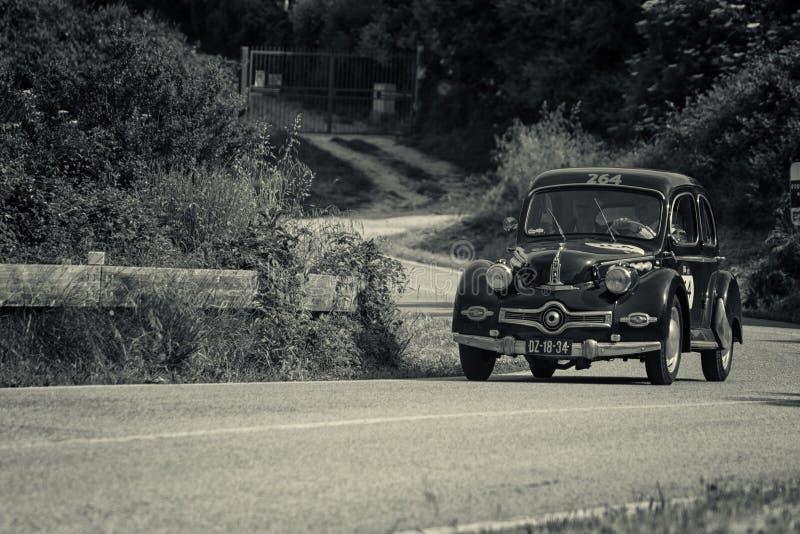 庞阿尔DYNA在一辆老赛车的X86 1952年在集会Mille Miglia 2018著名意大利历史种族1927-1957 免版税图库摄影