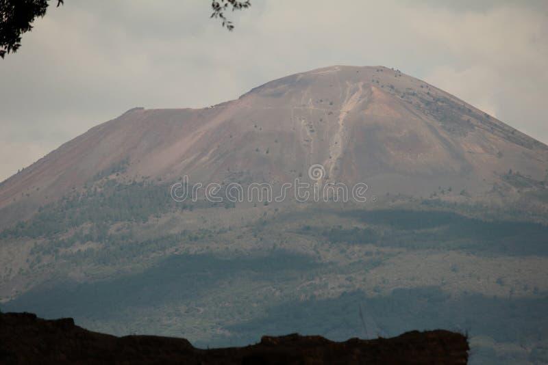 从庞贝城看见的维苏威火山 免版税库存照片