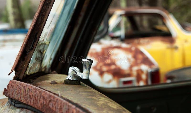 废品旧货栈与瘤的车窗 库存照片