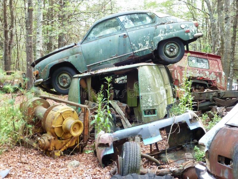 废品旧货栈生锈的被放弃的老汽车 库存照片