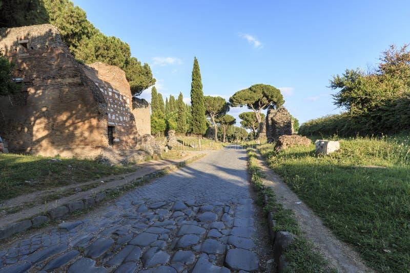 废墟古老通过阿皮亚亚壁古道在罗马 免版税库存照片