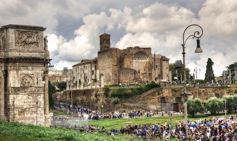 废墟在罗马,罗马论坛废墟在罗马意大利-建筑学背景 免版税库存图片
