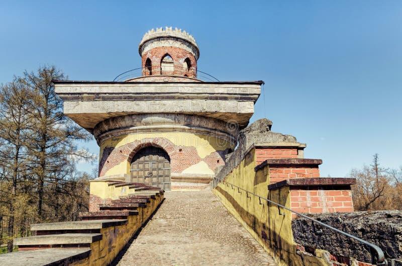 废墟塔的上面在凯瑟琳公园在Tsarskoye Selo 免版税库存图片