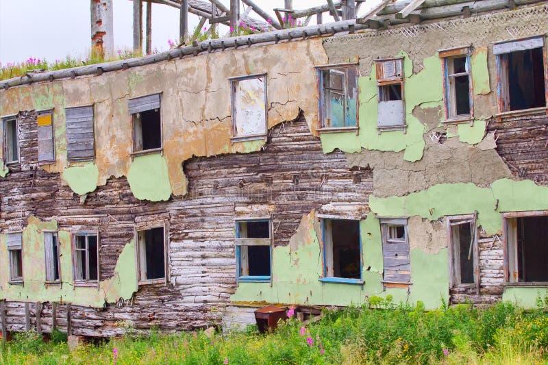 废墟毁坏了一个被放弃的木房子 免版税库存照片