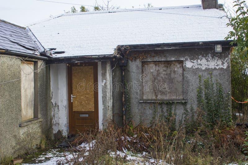 废墟的一座小分隔的平房在是没人住和放弃许多年的曼格唐郡 库存图片