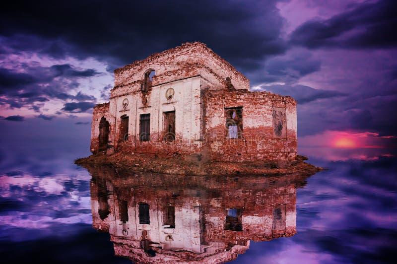废墟的残余在海岛上的在海 库存照片