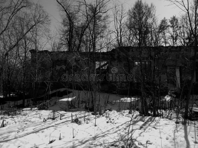 废墟的老被放弃的房子在黑白照片 库存照片