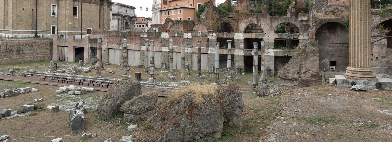废墟看法临近Santi路卡e马丁纳角教会  免版税库存图片