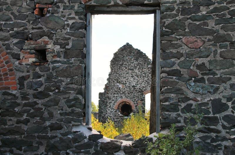 废墟通过窗口 免版税库存照片