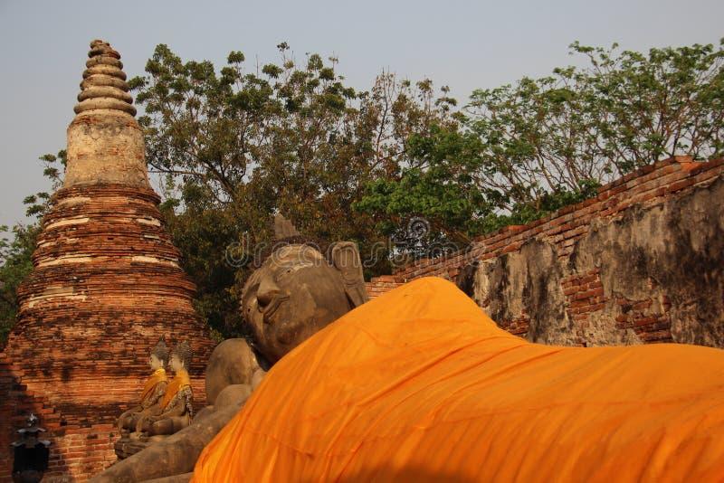 废墟 寺庙和斜倚的菩萨有古老塔的 免版税库存图片