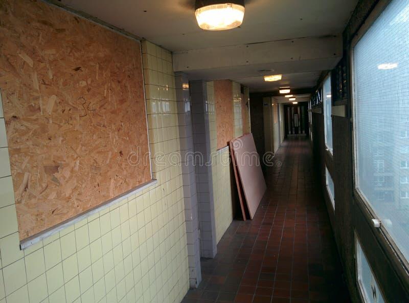 废弃公寓区走廊 免版税库存照片
