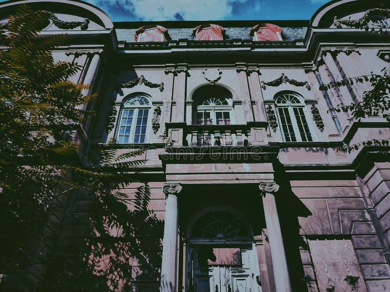 废弃别墅的前门 库存照片
