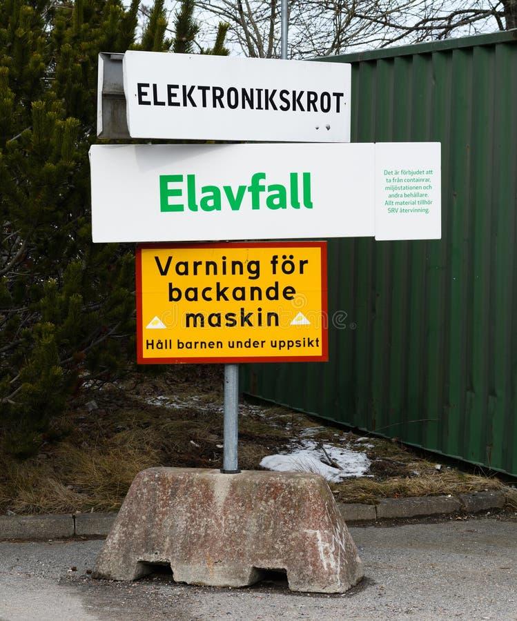 废排序在回收中心的SRV在萨利姆,与电子废物的标志 电子小块和标志与文本:警告reve 库存照片