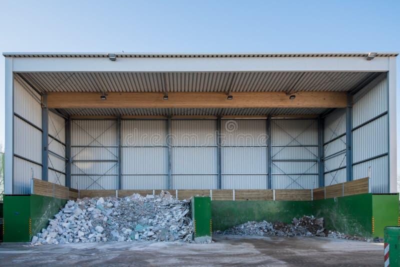 废物在一个回收的庭院被排序并且被处理 免版税库存图片