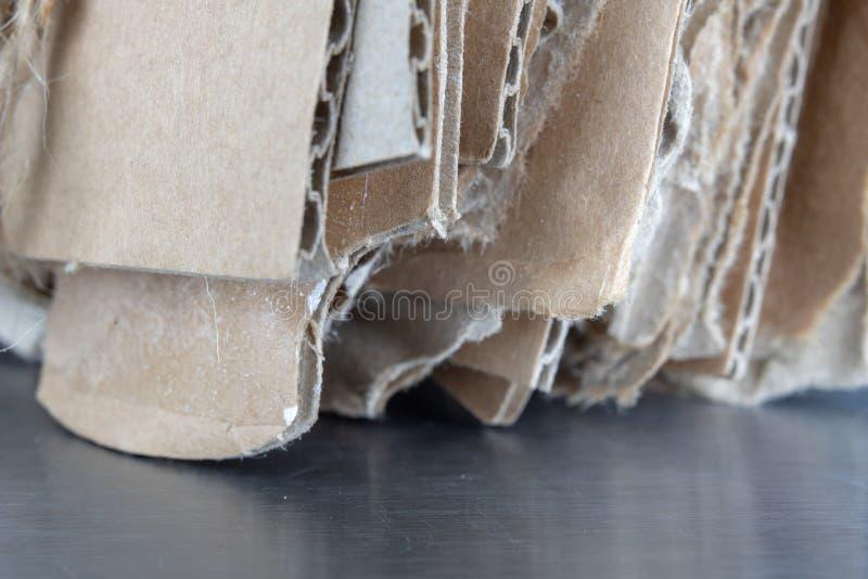 废物平装与一根灰色绳子 老纸和纸板int 库存照片