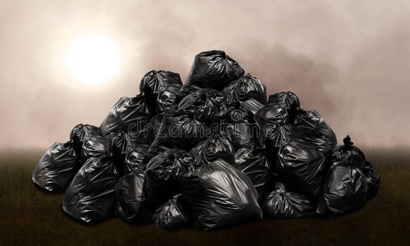 废物请求塑料堆,许多山废垃圾袋塑料的黑色小山,从废垃圾的污染,背景污染 免版税图库摄影