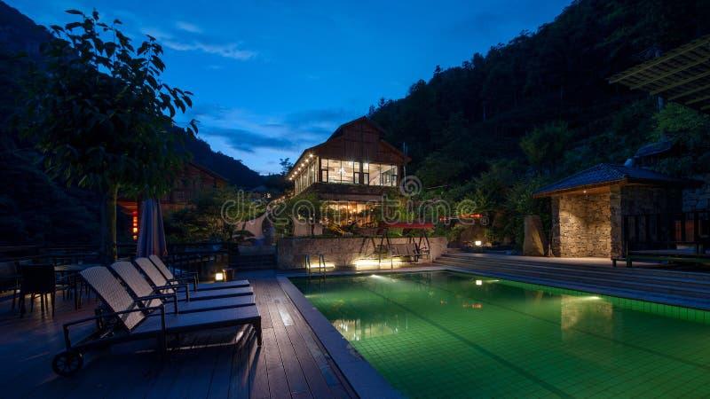 度假旅馆的游泳场在夜 库存图片