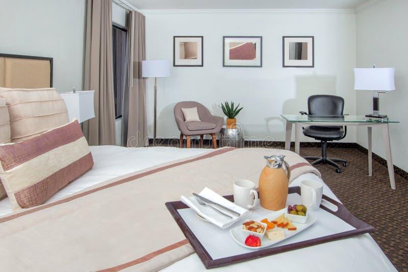 度假旅馆豪宅卧室床、椅子和书桌 库存图片