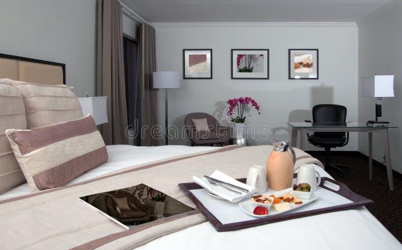 度假旅馆豪宅卧室床、椅子和书桌 库存照片