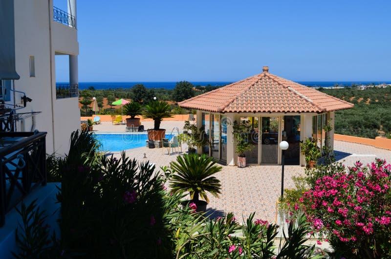 度假村游泳池周围 免版税图库摄影