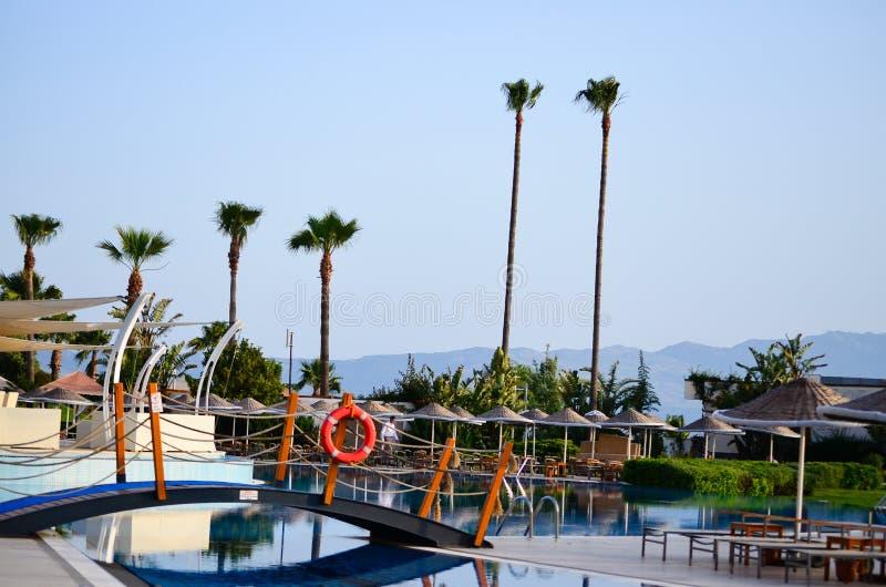 度假村游泳池周围 库存照片