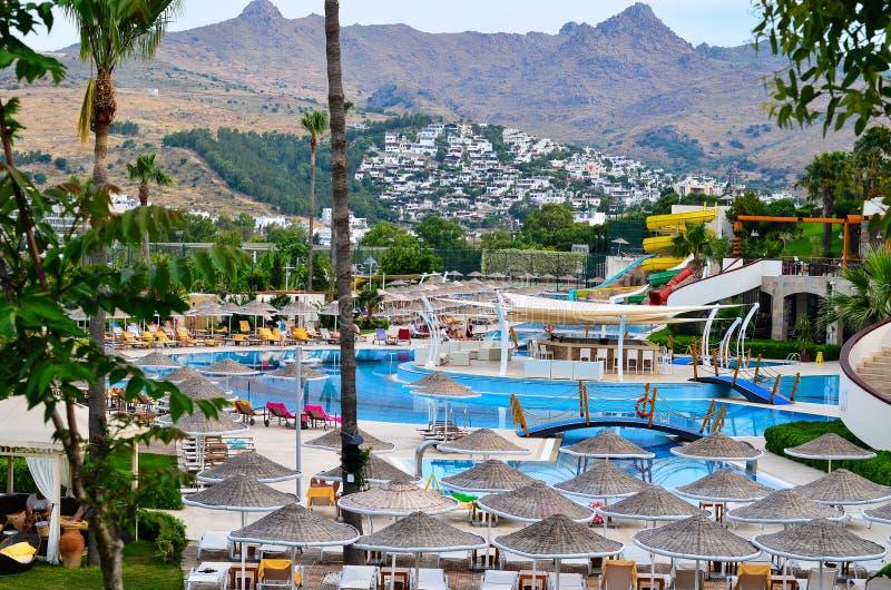 度假村游泳池周围 库存图片