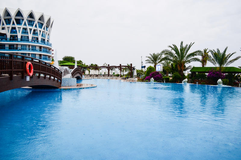 度假村游泳池周围 免版税库存照片