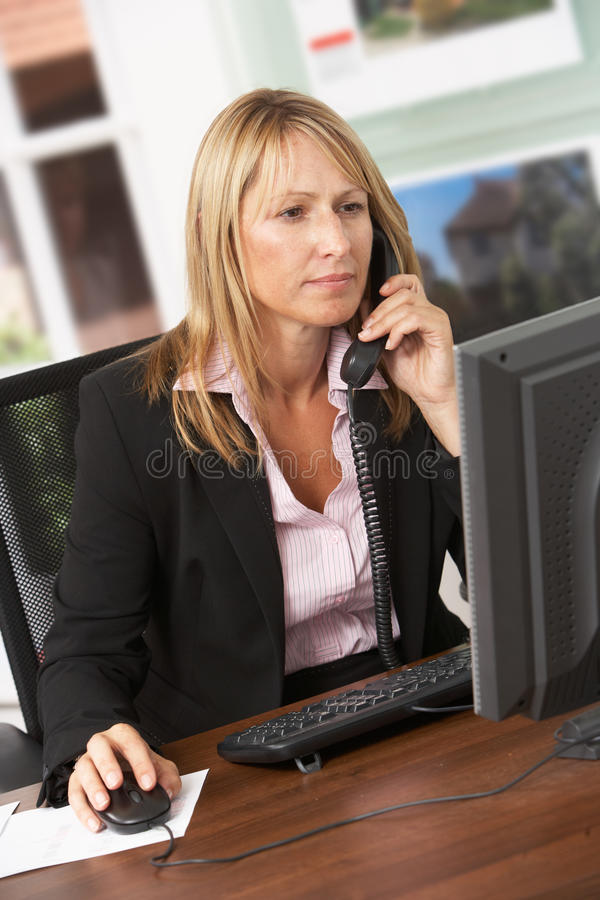 座席服务台庄园女性电话联系 免版税库存图片
