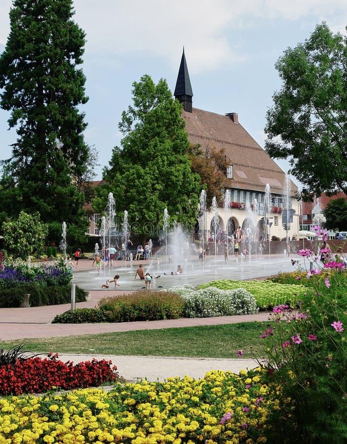 庭院、冷却的水池和中世纪城镇厅-德国-黑森林 免版税库存照片