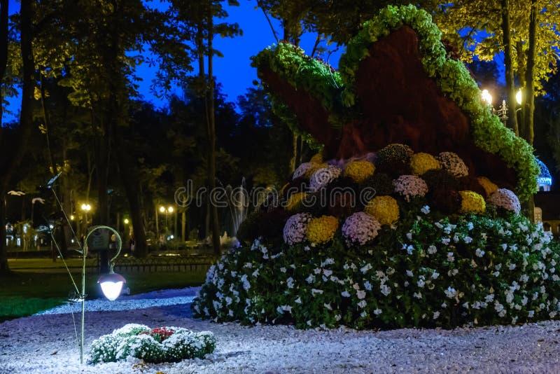 庭院光,灯笼在花床上 设计庭院庭院哈密尔顿新西兰 供给动力的灯 库存照片