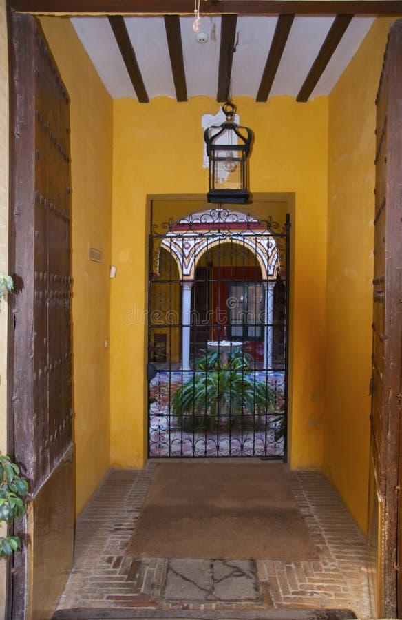 庭院入口前的黄色小走廊,带图案的格栅 库存照片