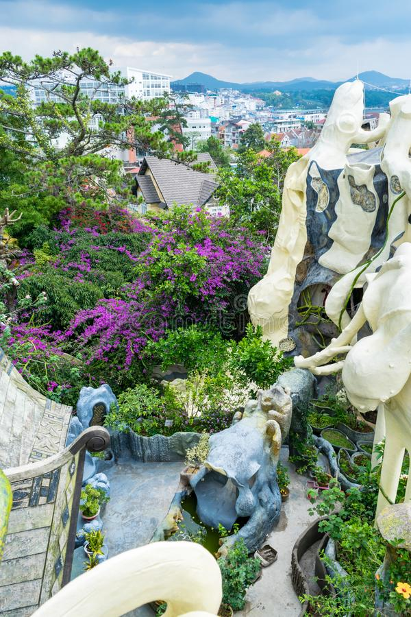 庭院和在大厦附近的一棵树的顶视图有花的与一个惊人的门面 免版税库存照片